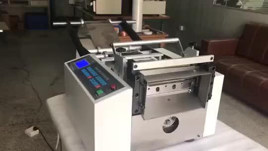 本机采用微电脑数控显示装置, 切带长度/数量,送料速度自由设定,加装可调节滚轮送料机构,两边自动调节压力及升降,可以快速放料,配合顶针式送料机构,有效防止材料划伤,主要适用于带材高速冷/热全/半断裁切。精度高,损耗少,机型设计符合人体工学原理,操作简单自动化高.